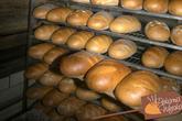 Wykładanie gotowego chleba