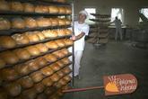 Gotowy chleb na wózku
